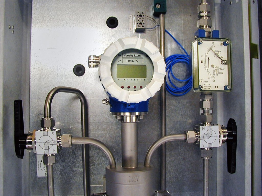 Een Bopp & Reuther dichtheidsmeter met by-pass valves en flow rate indicator.
