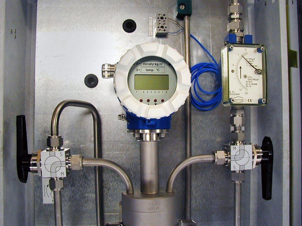 Een Bopp & Reuther dichtheidsmeter met by-pass valves en flow rate indicator.